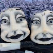 Vecinas en monocromo, de la colección títeres Gestuales tallados en tijera #titeres #muñecos #muñecospersonalizados #marionetas #cabezones #artesania #artesanal